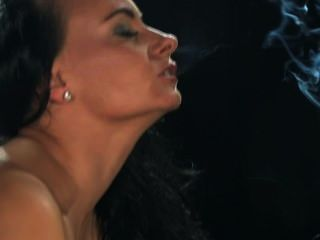 يدخن إيفا