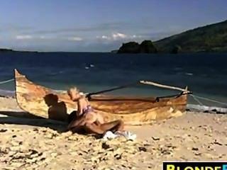 شقراء فاتنة الشرج مارس الجنس على الشاطئ