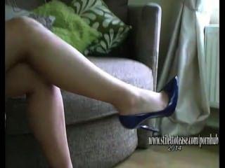 فتاة جميلة مع سيقان طويلة صمود صنم في ملابس داخلية مثيرة والكعب العالي
