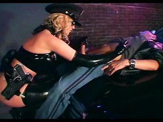 سخيف ضابطة في الملابس الداخلية لاتكس لامعة