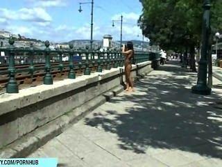 يظهر بيلي الحلو جسدها العاري مثير في الشوارع العامة