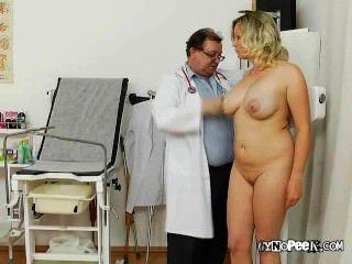 كاثي يحصل حلمته ضخمة فحصها من قبل الطبيب