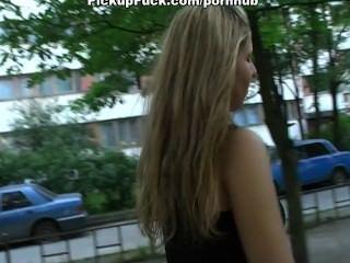 تلتقط الفتاة في الشارع ومارس الجنس