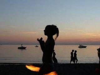 الرقص النار عاريات