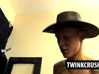 ثلاثة twinks قرنية وجود بعض الجنس الجماعي إغرائي