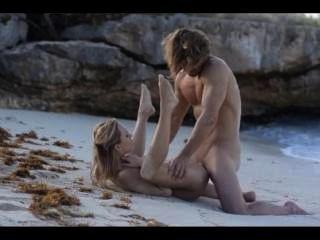 الجنس فن الشديد من زوجين أنيق على الشاطئ