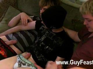 مثلي الجنس الفيلم آرون، كايل وجيمس واللف من على الأريكة وعلى استعداد