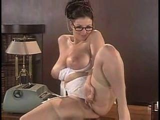 لورنا مورغان يجرد الملابس الداخلية لها، ويطرح على طاولة
