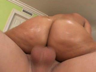 امرأة سمراء أقرن مع الحمار طبطب الحصول مارس الجنس على أريكة