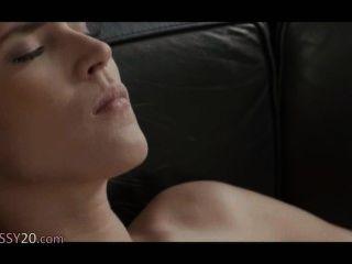 القاتل النساء المثليات على الأريكة الجلدية