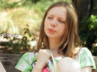 فائقة فتاة نحيفة تشكل على مقاعد البدلاء