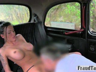 الساخن مفلس وقحة الشرج على jizzed في الجزء الخلفي من سيارة أجرة