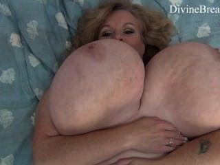 مفلس شقراء BBW الجبهة jiggles لها عملاق كبير الثدي سوزي لديها الثدي الوحش