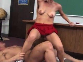 المعلم يعاقب الشباب في سن المراهقة