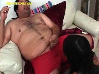 امرأة سمراء المصات الرجل الدهون شعر