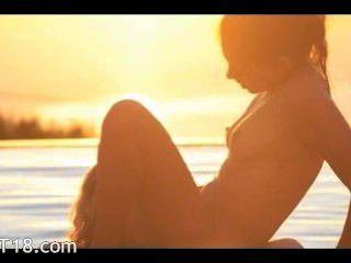 girl2girl تناول يخطفها على المحيط