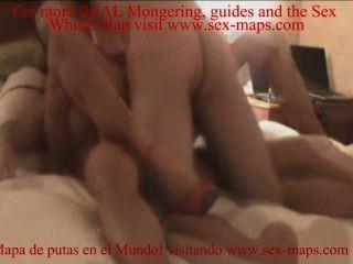 اثنين من اللاعبين يمارس الجنس مع عاهرة في الفراش
