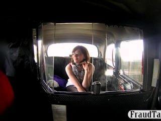 تقدم الهواة شقي اللسان إلى سائق سيارة أجرة