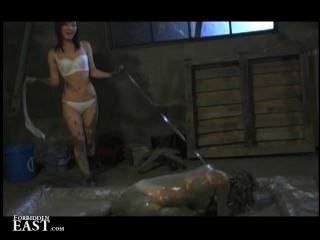 femdom يضعها اليابانية الرقيق الإناث الجنس في حمام الطين ويعذب لها