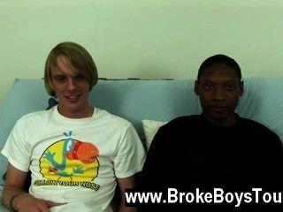 فيديو مثلي الجنس أنها جلست مرة أخرى على الأريكة، جمال يميل أكثر ويأخذ