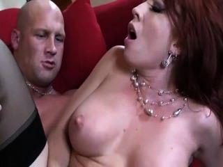 أحمر الشعر مع كبير الثدي الحصول مارس الجنس في جوارب عالية الفخذ والرباط