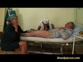 فاتنة الجد سخيف لطيفة اللسان امرأة سمراء الممرضة التي