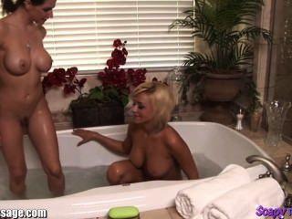 الفتيات الاستحمام