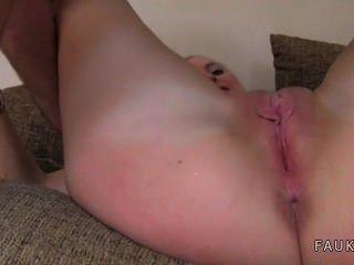 العضو التناسلي النسوي شقراء الإطباق في قبضة وخبطت على الصب