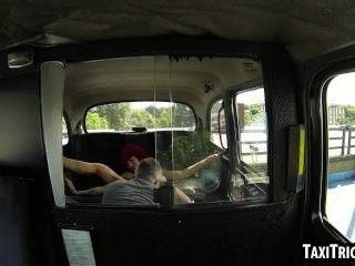 ماكر أحمر الشعر بديل فتاة الحصول مارس الجنس في سيارة أجرة