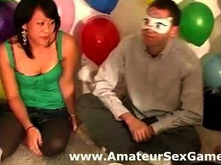 مجموعة من هواة لعب مباريات معصوب العينين تقبيل