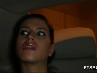 امرأة سمراء فاتنة تغش على زوجها في سيارة أجرة