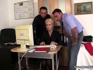 تبادل اثنين من الرجال شقراء القديم في المكتب