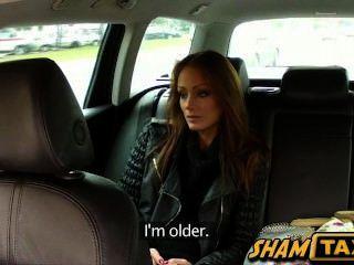 سائق سيارة أجرة يحصل صاحب الديك امتص من أجل مواصلة حملة