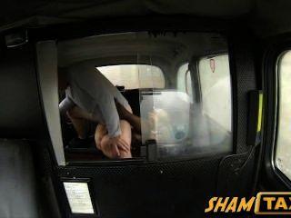 جبهة مورو شقراء يحصل بوسها شعر المشمولة في نائب الرئيس أثناء ركوب سيارة أجرة