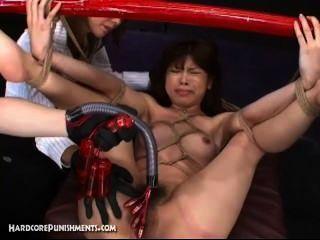 اليابانية الجنس الرقيق مرتبطة عصا من الخيزران ومارس الجنس من الصعب بآلات