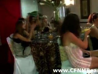 CFNM متجرد امتص من قبل الفتيات الطرف الهواة
