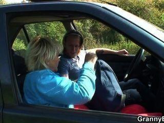 انه يلتقط عدو السحالي من الطريق والملاعين في السيارة