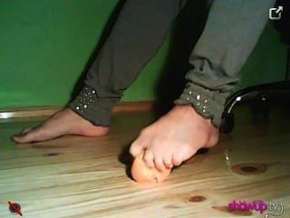 سحق البرتقال واليوسفي مع قدميها فتاة