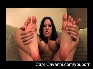 كابري كافالي (cavanni) الزيوت ويمص قدميها