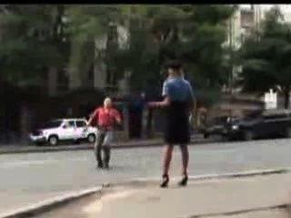 فقدت مثير امرأة الشرطة تنورتها في الأماكن العامة