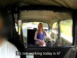 كبير الثدي جبهة مورو تمتص ديك ضخمة في سيارة أجرة
