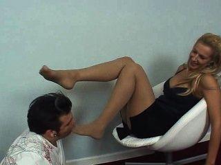 نيكول عشيقة تقبيل قدمها