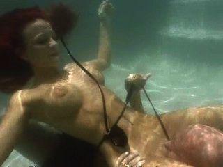 أحمر الشعر يعطي اللسان تحت الماء