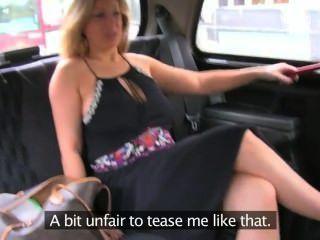 مفلس شقراء الطبيعي يعطي اللسان في سيارة أجرة