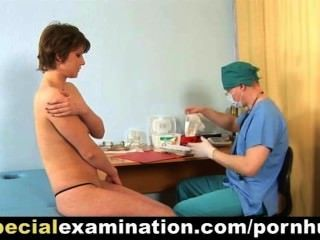 فحص طبي خاص لسيدة شابة خجولة