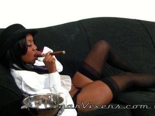نينا ديفون يدخن السيجار