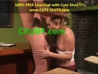 فتاة في فتاة الهواة مع الثدي الصغيرة وكس الشفتين كبيرة في الجنس الشرجي HD ل