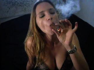 مثير التدخين السيجار الكبير في سراويل