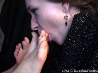 لعق اثنين من أزواج من أقدام فتاة
