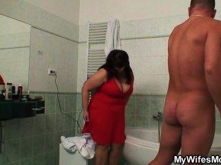 وقالت انها تجد أمها titted كبيرة سخيف مع بعل لها في الحمام